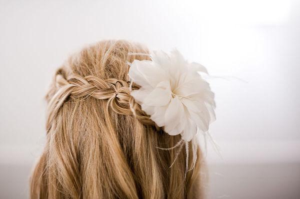 Peinado de novia: una trenza y el pelo suelto
