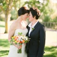 Preciosa boda lesbiana al aire libre