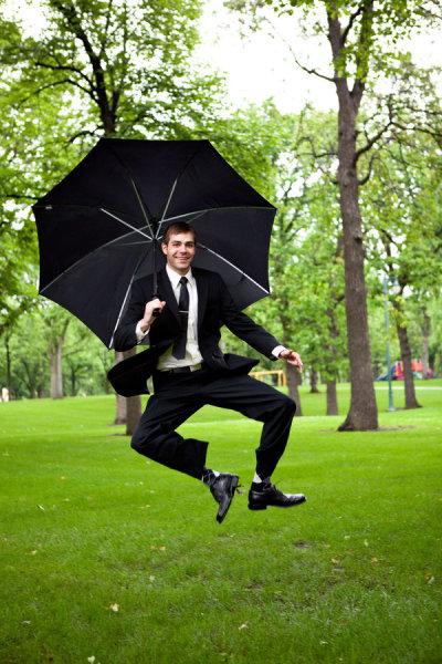 El novio disfrutando pese al día de lluvia