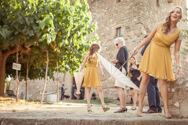 invitadas a la boda con sombrillas