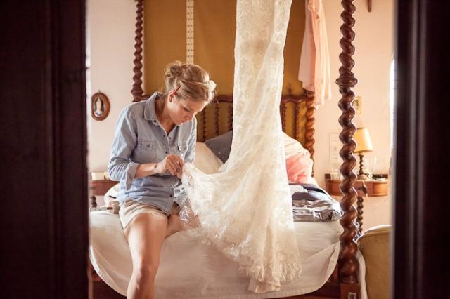 La novia arreglando su vestido