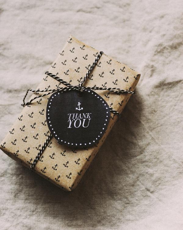 Papel de regalo y etiquetas para chico
