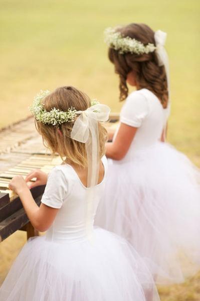 niñas en boda con corona de flores