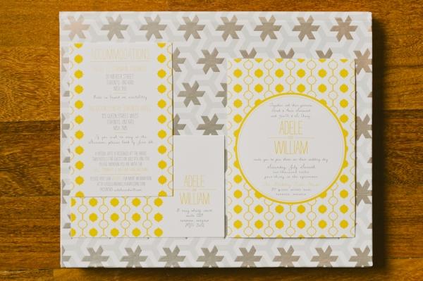 1 invitacion boda moderna gris y amarillo