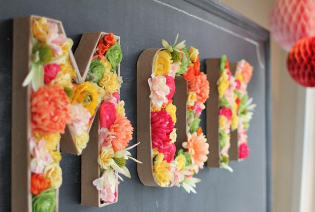 3 iniciales con flores y carton