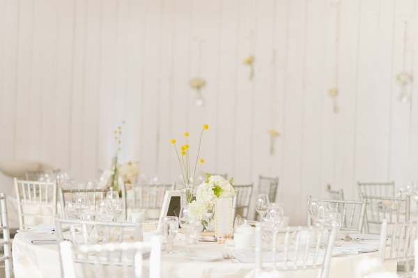 8 decoración banquete una boda moderna en amarillo y gris