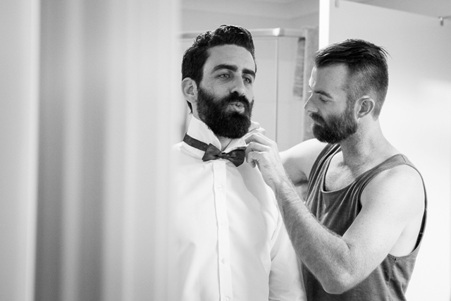 4 novio barba boda vistiendose