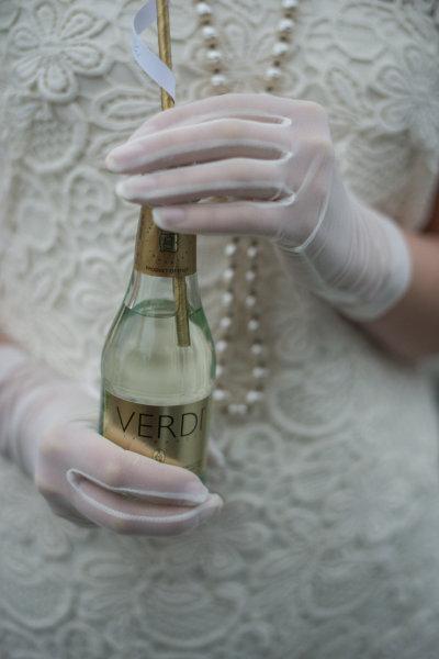 2  novias con guantes boda