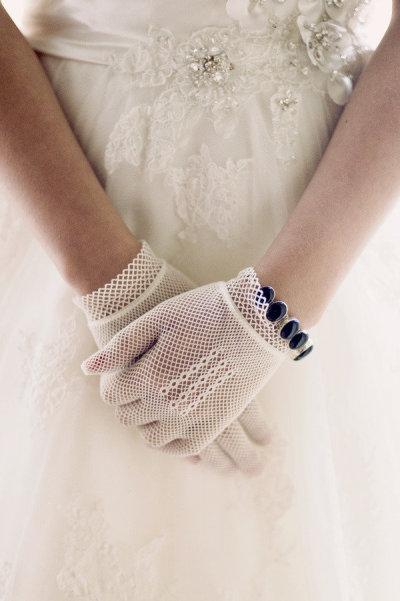 3  novias con guantes boda