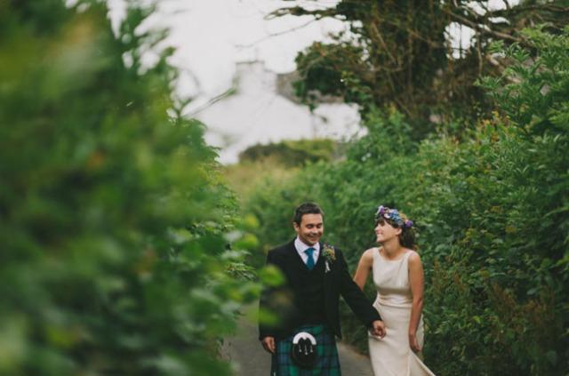 boda informal al aire libre carpa circo novia corona de flores (10)