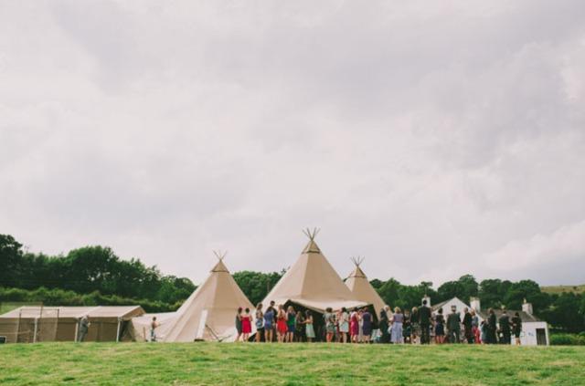boda informal al aire libre carpa circo novia corona de flores (12)