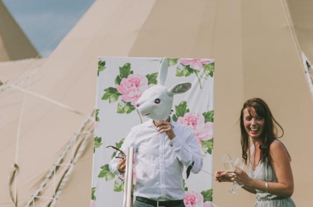 boda informal al aire libre carpa circo novia corona de flores (15)