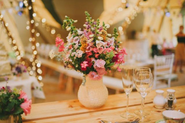 boda informal al aire libre carpa circo novia corona de flores (20)