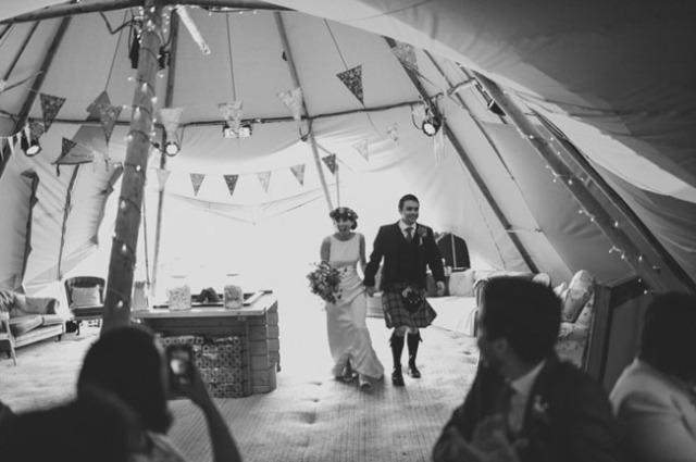 boda informal al aire libre carpa circo novia corona de flores (21)