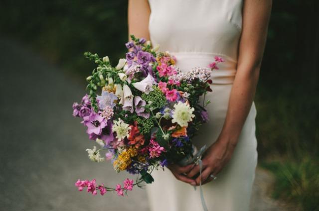 boda informal al aire libre carpa circo novia corona de flores (5)