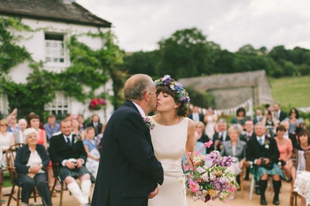 boda informal al aire libre carpa circo novia corona de flores (7)
