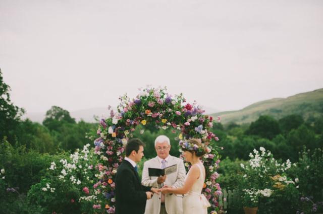 boda informal al aire libre carpa circo novia corona de flores (8)