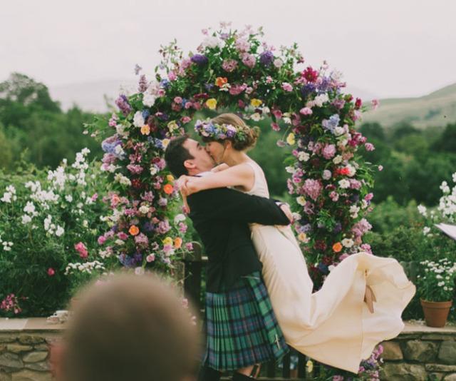 boda informal al aire libre carpa circo novia corona de flores (9)