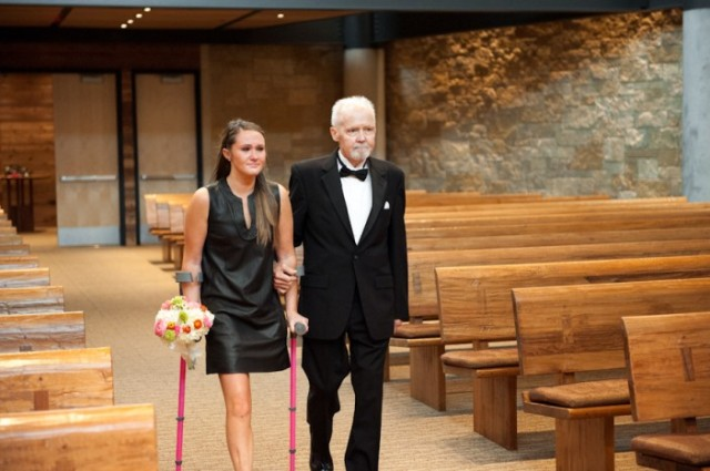 padre con cancer llevando a las hijas al altar boda (10)