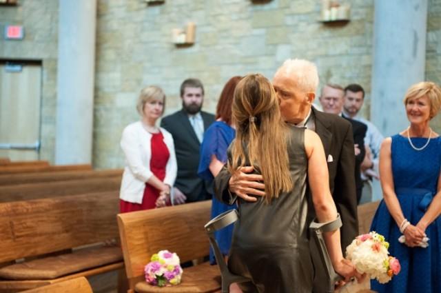 padre con cancer llevando a las hijas al altar boda (11)