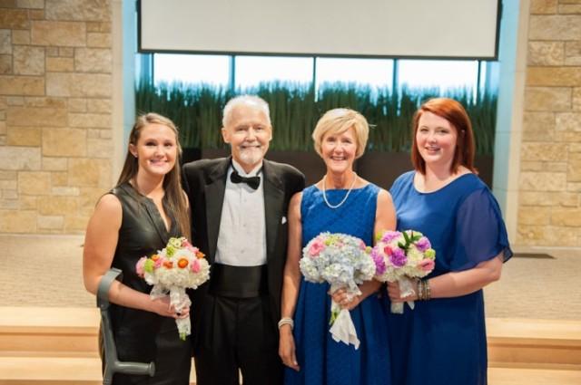 padre con cancer llevando a las hijas al altar boda (14)