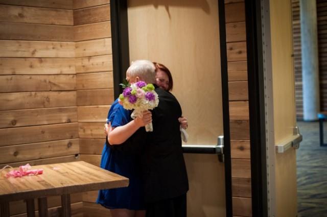 padre con cancer llevando a las hijas al altar boda (4)