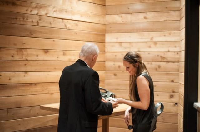 padre con cancer llevando a las hijas al altar boda (8)