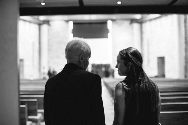 padre con cancer llevando a las hijas al altar boda (9)