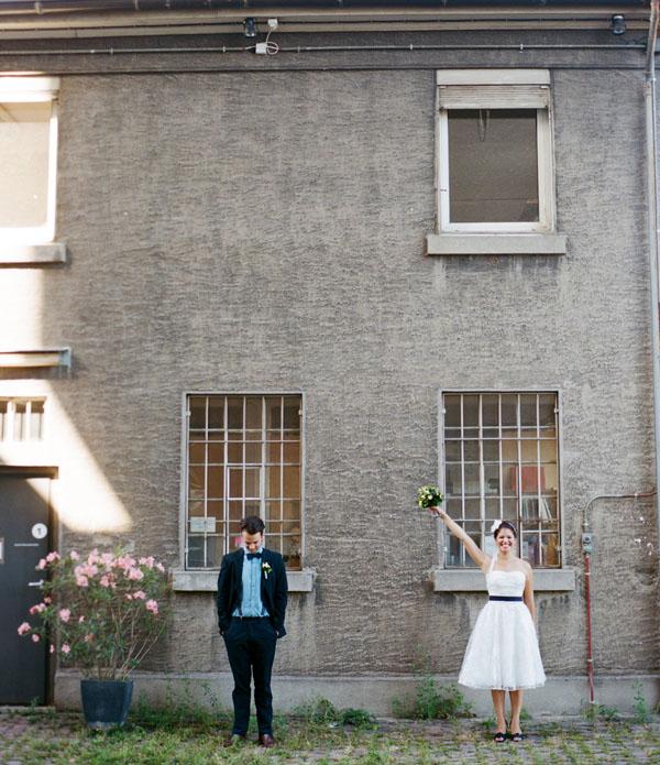 fotos boda analogicas boda azul y blanco novia vestido corto (14)