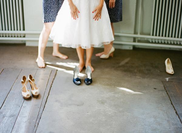 fotos boda analogicas boda azul y blanco novia vestido corto (4)