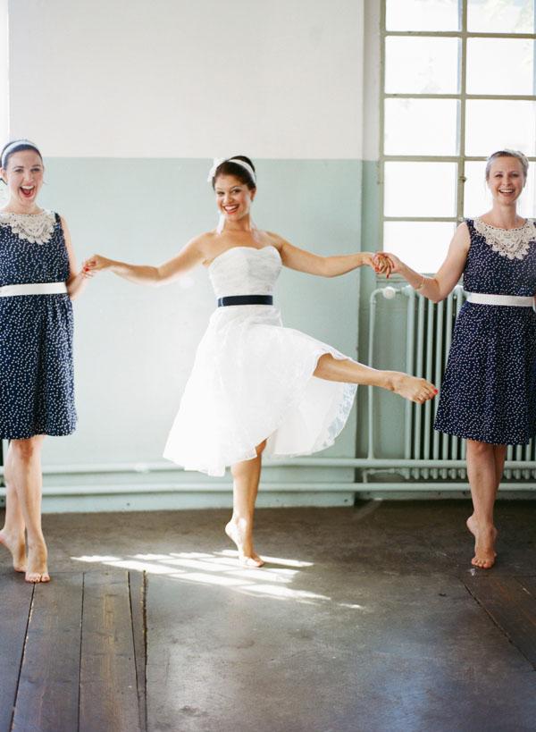 fotos boda analogicas boda azul y blanco novia vestido corto (7)