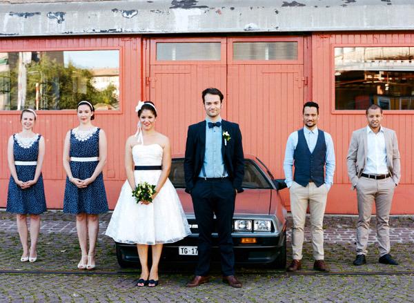 fotos-boda-analogicas-boda-azul-y-blanco-novia-vestido-corto-10