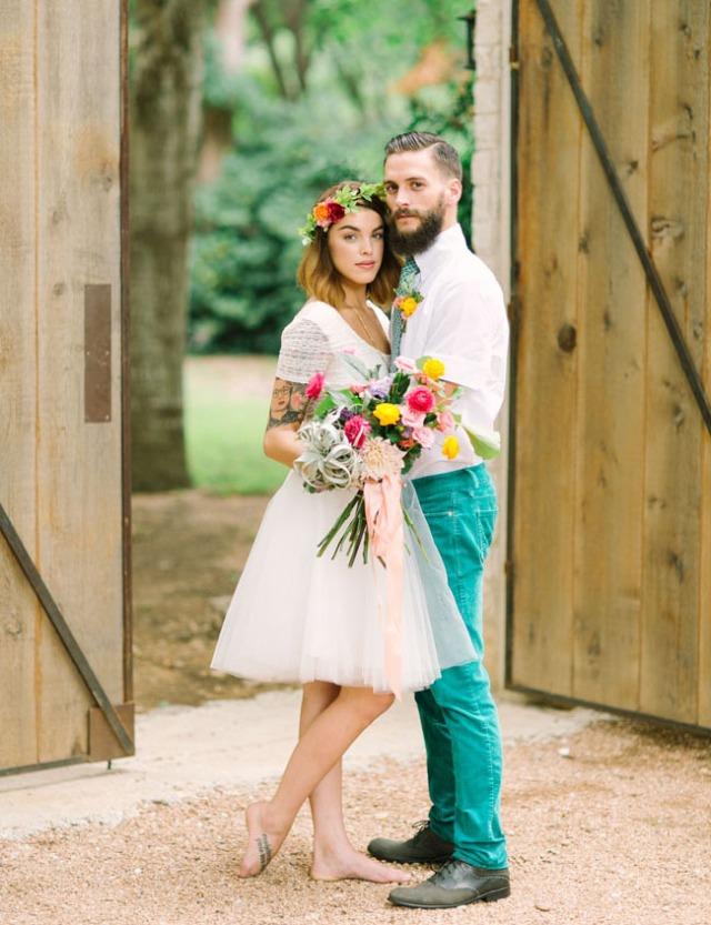 boda romántica bohemia novia vestido corto novio con barba (10)