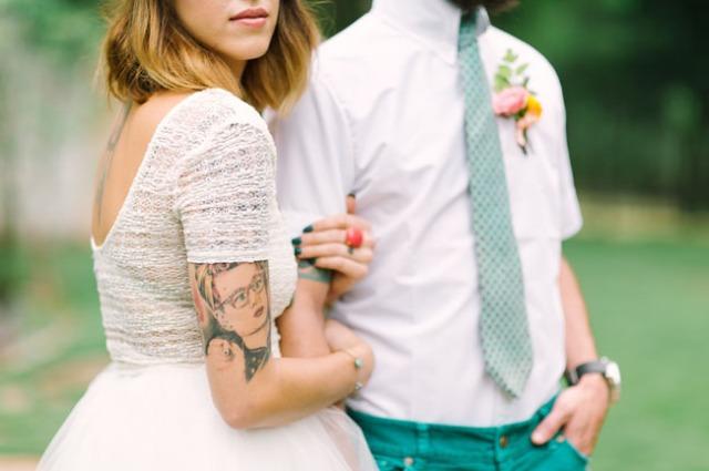 boda romántica bohemia novia vestido corto novio con barba (12)