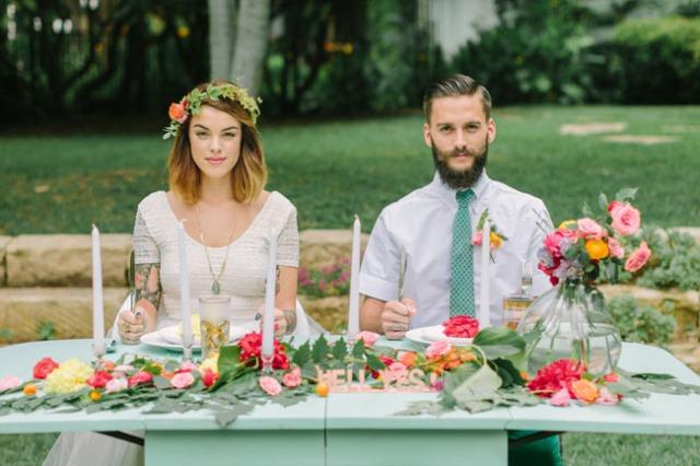 boda romántica bohemia novia vestido corto novio con barba (24)