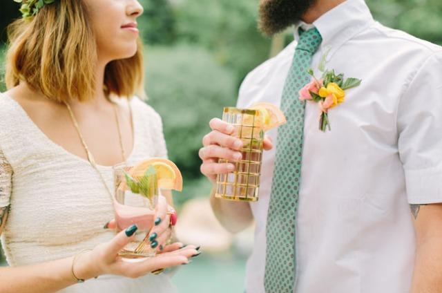 boda romántica bohemia novia vestido corto novio con barba (29)