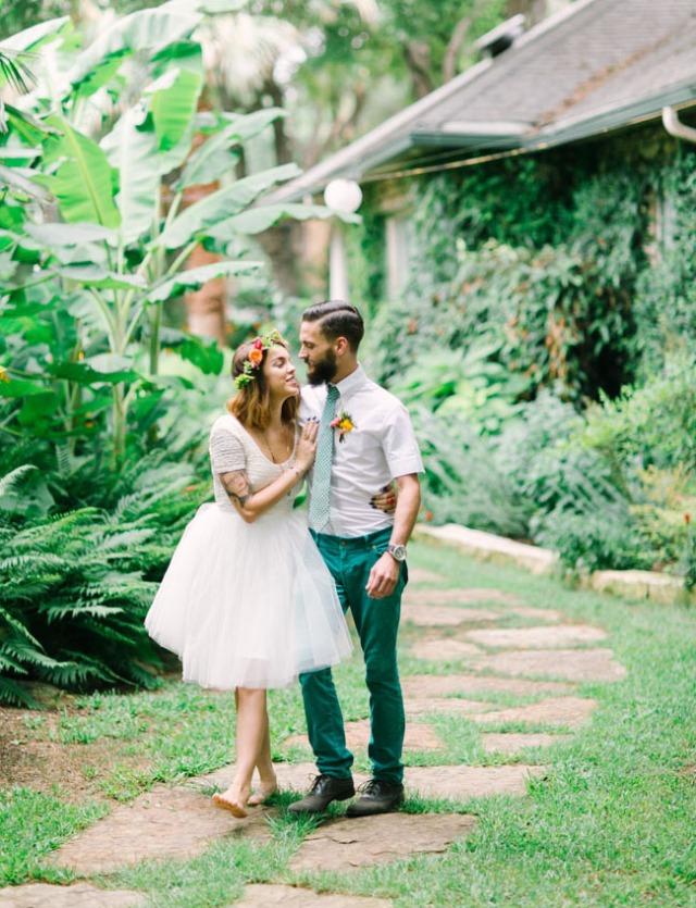 boda romántica bohemia novia vestido corto novio con barba (32)