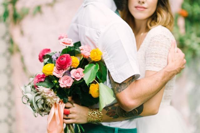 boda romántica bohemia novia vestido corto novio con barba (6)