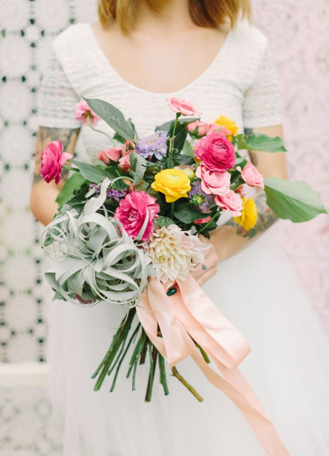 boda romántica bohemia novia vestido corto novio con barba (8)